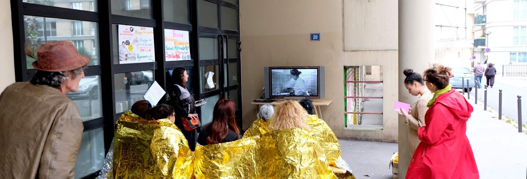 Projection de film en plain air avec des couvertures de survie